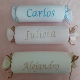 Cojin Antivuelco en Forma de Caramelo Con Nombre Personalizado (Varios Colores)